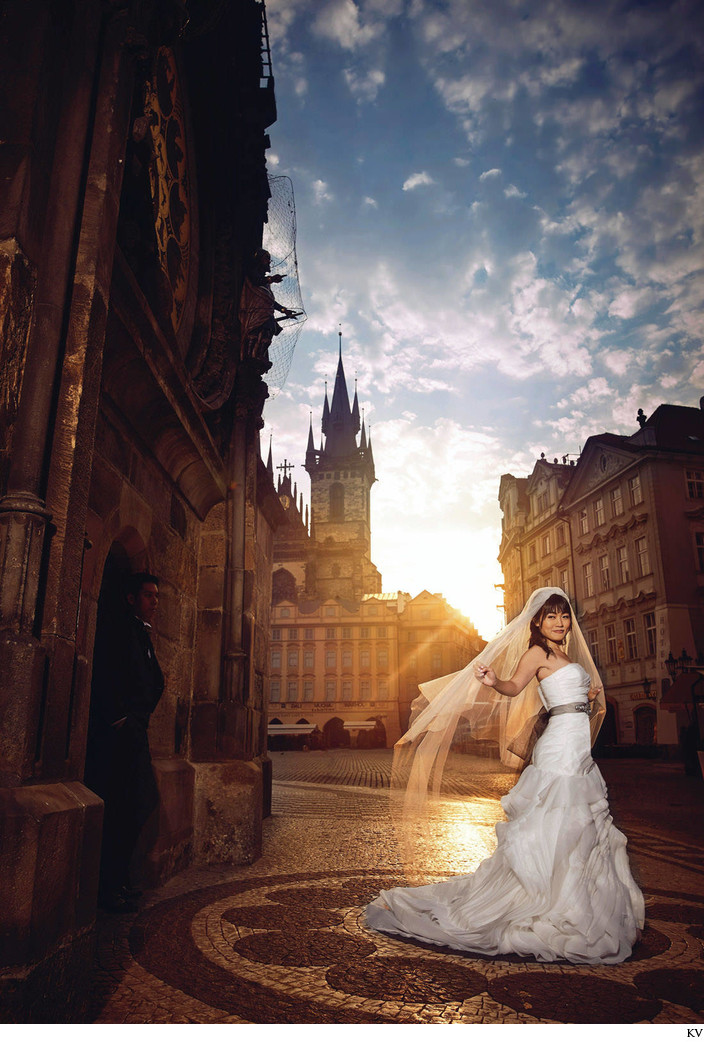 Gorgeous bride in sunshine Prague Astronomical Clock