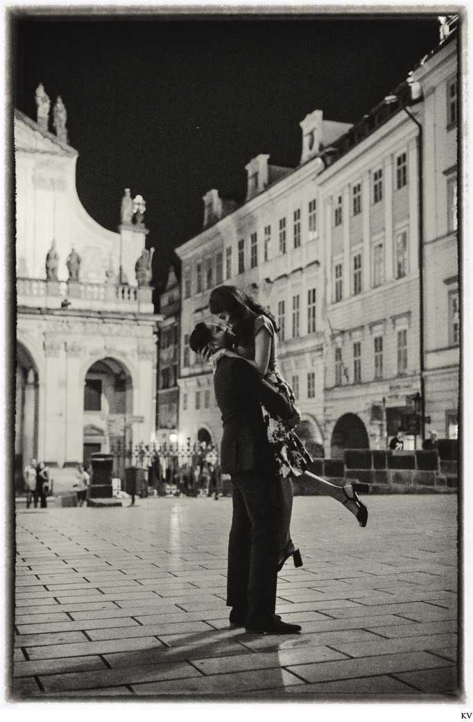romantic Prague marriage proposal BW romantic photo