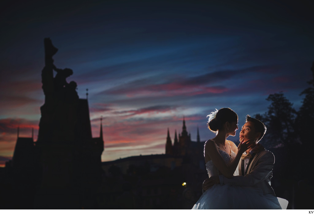 elegantly dressed couple experiencing romantic Prague