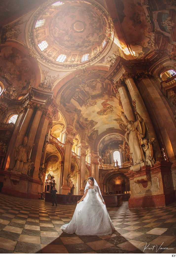 Leinan bridal at St. Nicholas Church Prague pre-wedding