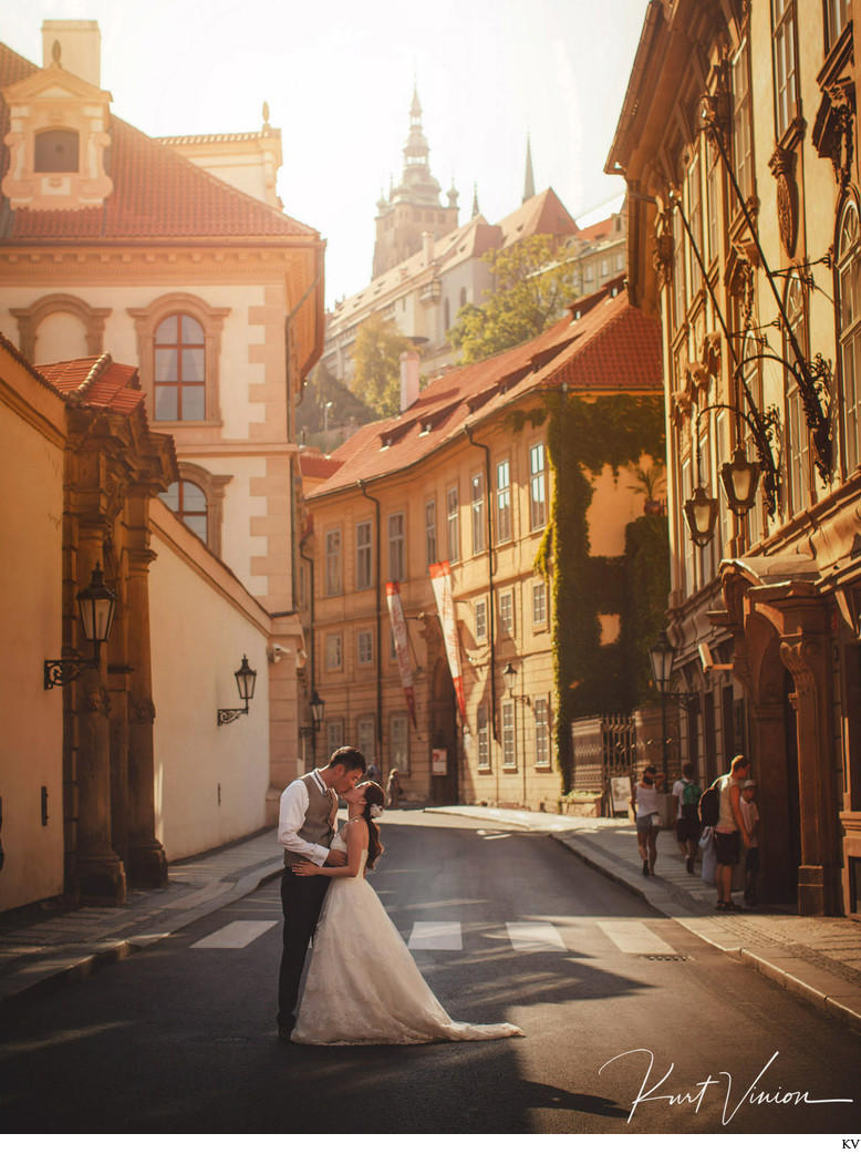 Golden Light Kiss under Prague Castle pre-wedding photo