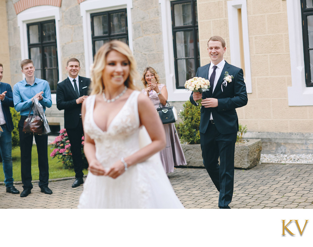 groom bride 1st look Hluboka nad Vltavou Castle photo