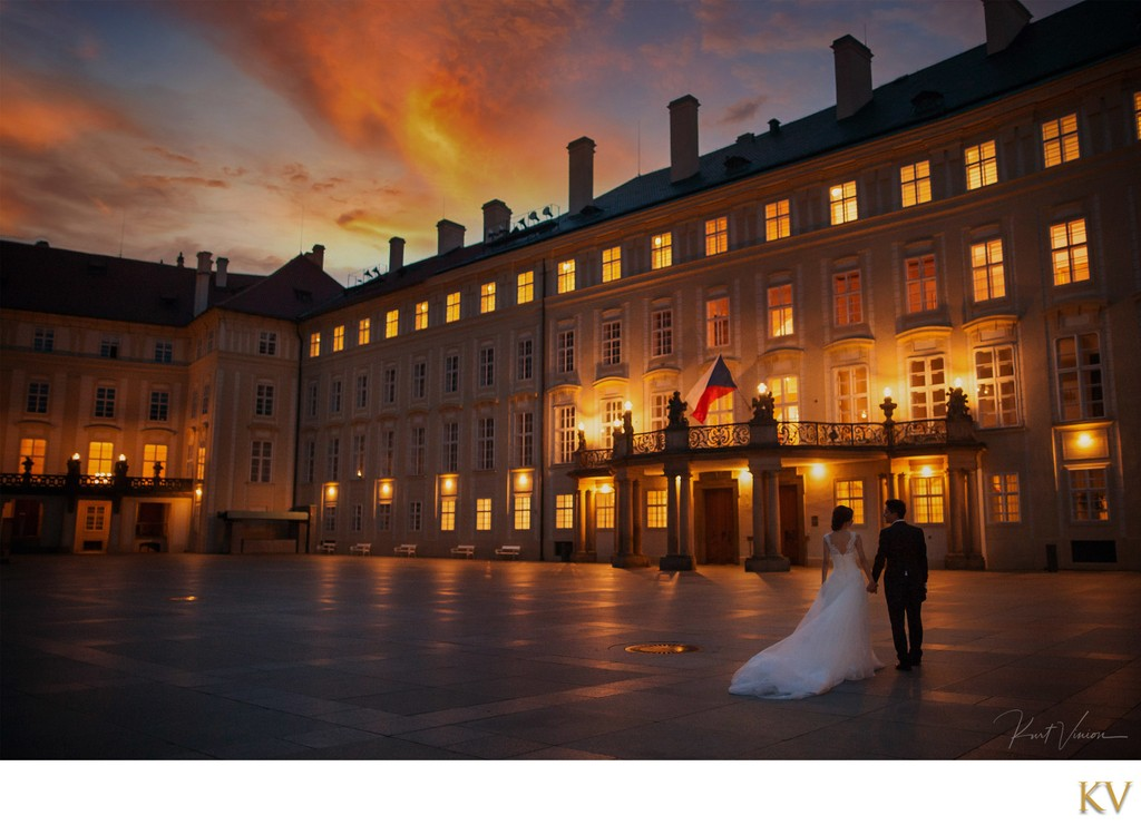 Romantic sunrise pre weddings from Prague Castle