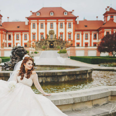 like a princess - the beautiful bride at Troja Chateau