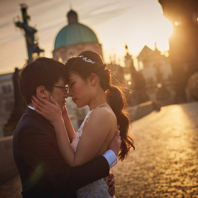 Charles Bridge lovers at sunrise I Prague pre-weddings