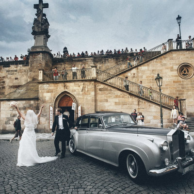Wedding couple with Rolls Royce at Charles Bridge