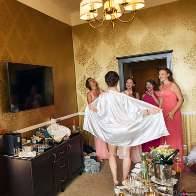 Lucia & her bridesmaids share a laugh - wedding photo