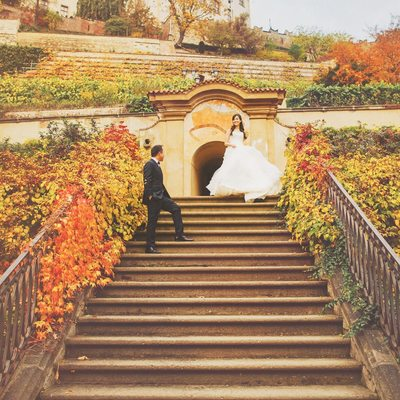 wedding couple at Ledebour garden Prague
