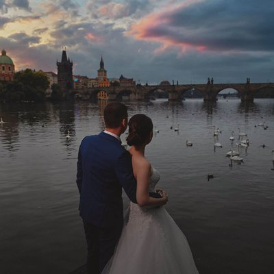 Breathtaking sunrise wedding photos from Prague