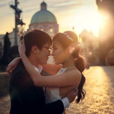 Authentic pre weddings Prague winter couple at sunrise