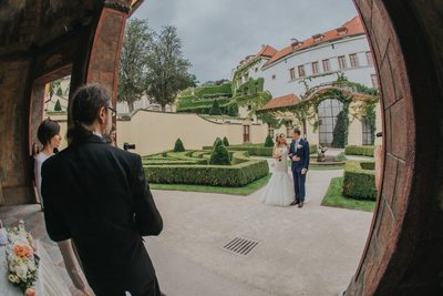 K+M (UK) Vrtba Garden destination wedding in Prague 13
