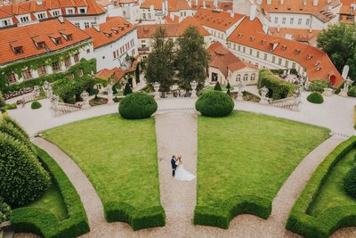 wedding couple areal view above Vrtba Garden