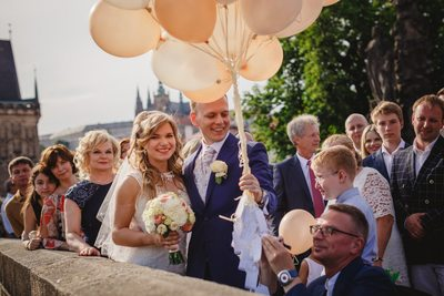 wedded couple with the wishes on the balloons