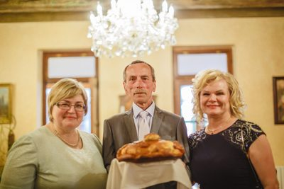 The parents and the Russian tradition with the bread