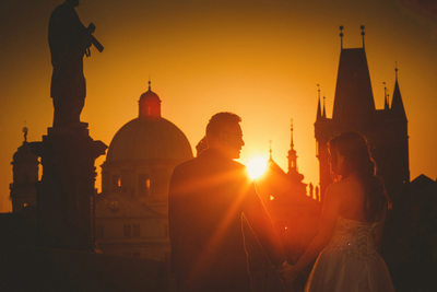A golden sunrise pre wedding portrait session in Prague