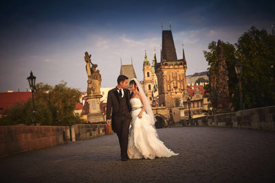 luxury pre-weddings photos Prague Charles Bridge 001