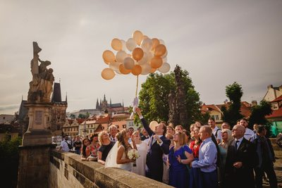 wedded couple releasing the balloons on Charles Bridge