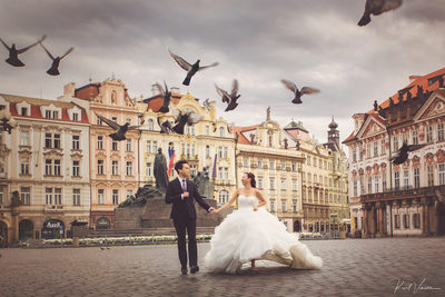 Rose & Alpha pre wedding photo Prague Old Town Square