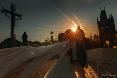 romantic pre wedding Charles Bridge sunrise