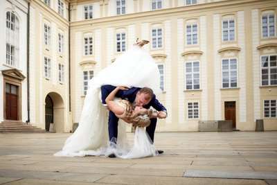 The most unforgettable wedding day kiss at Prague Castle