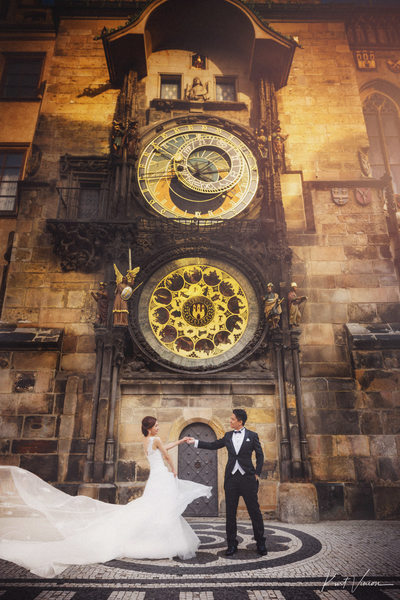 Hong Kong couple dancing under Astronomical Clock
