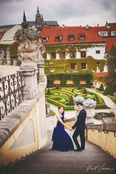 A+M stylish pre wedding Prague Vrtba Garden photo