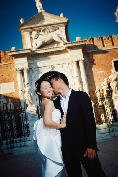 Sloppy kiss for his bride Venice pre weddings