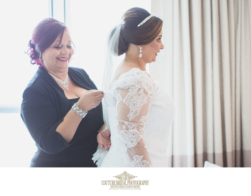 BRIDE WITH HER MOTHER GETTING READY PHOTOS