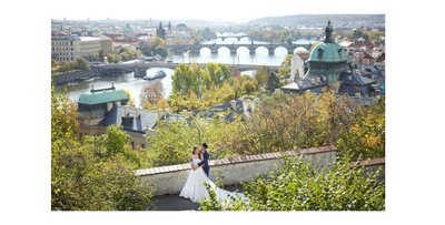 A couples embarce above Prague